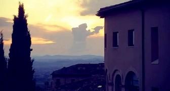 Assisi, una suggestiva nuvola ricorda la sagoma di San Francesco durante la famosa predica agli uccelli