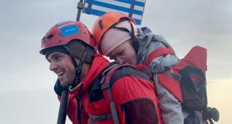 Ein Athlet trägt eine behinderte junge Frau auf seinem Rücken zum Gipfel des Olymp, womit er ihr ihren Traum erfüllt