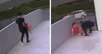 Un jeune footballeur aide sa femme à accoucher devant la maison : ils n'ont pas réussi à arriver à temps à l'hôpital