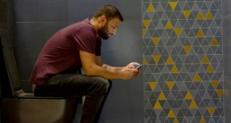 5 buoni motivi per smettere di usare lo smartphone anche quando andiamo in bagno