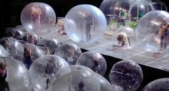 Questa band ha tenuto un concerto in cui il pubblico e i musicisti erano all'interno di bolle di plastica giganti