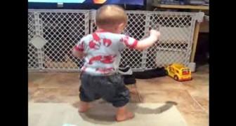 Een jongetje hoort zijn favoriete liedje: zijn reactie is fantastisch!