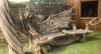 Questa panchina è stata realizzata intagliando il legno con una motosega: sembra un drago in carne e ossa