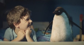 Een jongentje en een pinguin vertellen het Kerstverhaal in een ontroerende video
