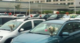 Una florería decora los autos de los médicos y enfermeros con flores que no vendieron de su actividad, cerrada por Covid-19