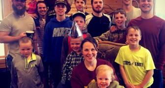 Una coppia di mezza età dà il benvenuto ad una femmina dopo aver dato alla luce 14 figli maschi