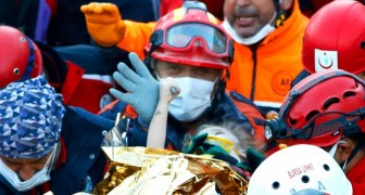 Uma garotinha presa nos escombros é salva após 3 dias: ela não larga a mão do bombeiro
