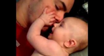 All'inizio sembra un papà che sta abbracciando il figlio, ma la verità vi sorprenderà