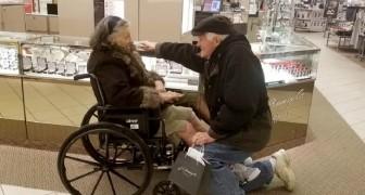 Hij knielt en geeft een verlovingsring aan zijn vrouw die net uit het ziekenhuis komt: ze houden al 63 jaar van elkaar