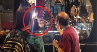 Il dirige une source de lumière vers un miroir concave : les visiteurs hurlent de stupeur