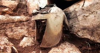 Es wurde ein seltener Kriegerhelm von vor 2500 Jahren gefunden: Er lag in einer Höhle voller kostbarer Schätze