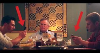 2 jongens gebruiken hun mobiel tijdens het diner: de reactie van de vader is hilarisch