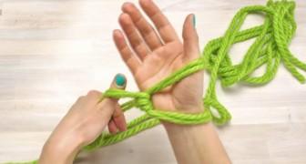 Una ragazza prende della lana e crea con le sue mani qualcosa di straordinario