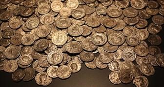 En man hittar 1300 guldmynt under fågelskådning: en skatt som har varit begravd i nästan två årtusenden