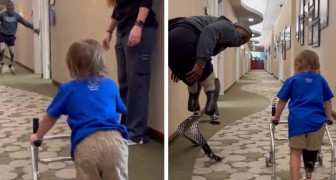 A two-year-old boy takes his first steps with prostheses: with encouragement from a Paralympic champion!