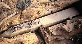 Cet obélisque égyptien très ancien est comme un géant gisant dans le sol, jamais achevé mais fascinant