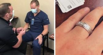 Aparece com um anel no seu horário para tomar a vacina contra o Covid e pede o seu colega enfermeiro em casamento