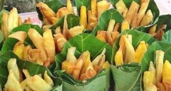 Questa bancarella vende le patatine fritte in foglie di banano per evitare l'uso di sacchetti di plastica