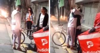 Um entregador tem sua bicicleta roubada enquanto entregava pizzas: uma cliente lhe dá a sua bicicleta