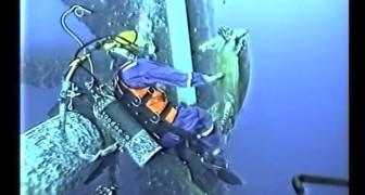 Deze man beleefd een unieke ervaring tijdens de reparatie van een buis onder water