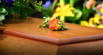 Muore una donna trans, la famiglia fa scrivere il suo nome al maschile sui manifesti funebri