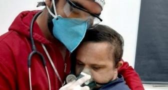 Un infermiere consola un ragazzo Down ricoverato per Covid: era confuso e spaventato