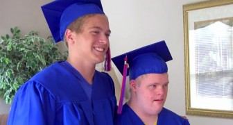 A boy asks his twin with Down syndrome to go up on the graduation stage next to him: a gesture of unique brotherly love