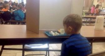 Hij komt 1 minuut te laat op school en de leraren isoleren hem van zijn klasgenoten: zijn moeder is woedend