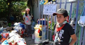 Fratello e sorella scambiano i loro giocattoli per un po' di cibo: Vogliamo aiutare nostra madre