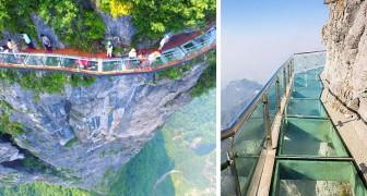 Questa passerella di vetro è sospesa a 1400 metri sul fianco di una montagna: le foto fanno girare la testa