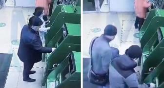 Han böjer sig fram för att plocka upp ett mynt, men det slutar med att han förlorar 17 000 kronor vid bankomaten - en äldre man blir bestulen