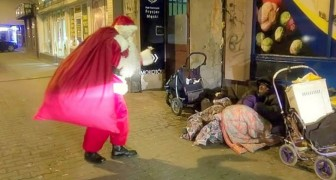 This Santa Claus wanders the streets: what he's doing deserves respect.