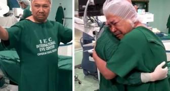 19 anni dopo riesce a vedere di nuovo con i suoi occhi: finita l'operazione si commuove e abbraccia il medico
