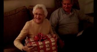 Une mamie déballe son cadeau de Noël: sa réaction changera le cours de votre journée :)