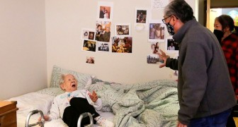 Hij omhelst zijn 98-jarige moeder weer na 1 jaar: de uitdrukking van de vrouw is van onschatbare waarde