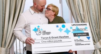 Un couple gagne à la loterie 1 million £ et utilise une partie de l'argent pour donner des paquets de nourriture à des personnes défavorisées