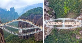 Questo ponte di vetro ondulato è sospeso a 140 metri su un burrone: le foto fanno venire le vertigini