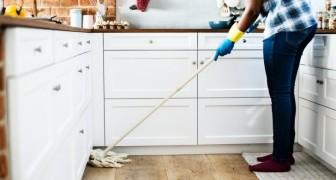 Hai dolori alla schiena quando fai le pulizie di casa? Scopri qualche dritta per evitarli