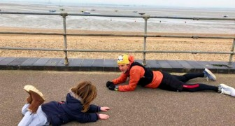 Een autistisch kind heeft een crisis en gaat op de grond liggen: een voorbijganger gaat naast hem liggen om hem te kalmeren