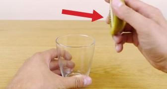 Este es el metodo mas veloz para pelar un kiwi. Un juego de chicos!