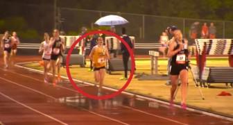 Dit meisje is snel, kijk wat er gebeurt als ze de finishlijn bereikt...