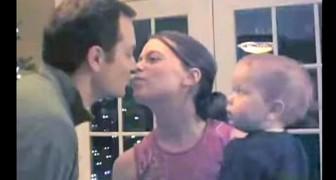 Vader en moeder kussen: de reactie van het kind laat niet lang op zich wachten!