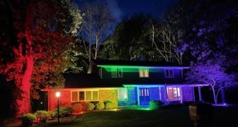 Gli vietano di esporre la bandiera del Pride e lui risponde illuminando l'intera casa con i colori dell'arcobaleno