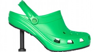 Comodi ma con stile: Balenciaga lancia le sue Crocs col tacco a stiletto