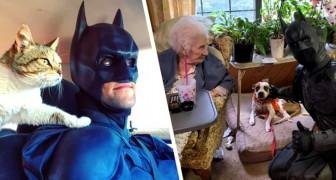 Si veste da Batman per salvare i cani abbandonati nei rifugi: un vero supereroe