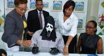 Hij wint de loterij en haalt de prijs op met een masker op: hij wil niet herkend worden door familieleden