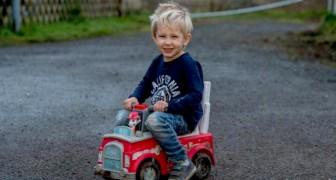 Un petit garçon de 3 ans traverse la route avec sa voiture miniature pour sauver la vie de son père