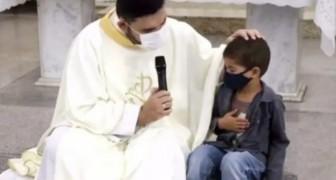 Bimbo interrompe la messa e chiede al sacerdote di pregare per lo zio malato: un gesto emozionante