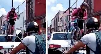 Auto blocca la pista ciclabile: una ragazza si vendica e sale sul tetto con la bici