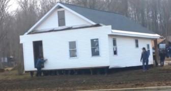 80 hommes soulèvent une maison entière à mains nues et la déplacent vers un autre endroit